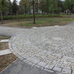 Výukový areál Bělský les, Ostrava – žulové chodníky a mozaiky